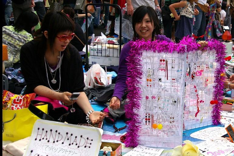 Chợ trời gần tòa nhà Shinjuku Mitsui
