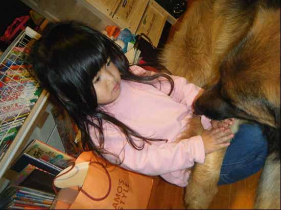Cho trẻ tiếp xúc với vật nuôi là một trong những cách dạy trẻ biết yêu thương