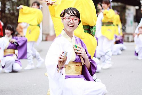 Cô gái múa Yosakoi.