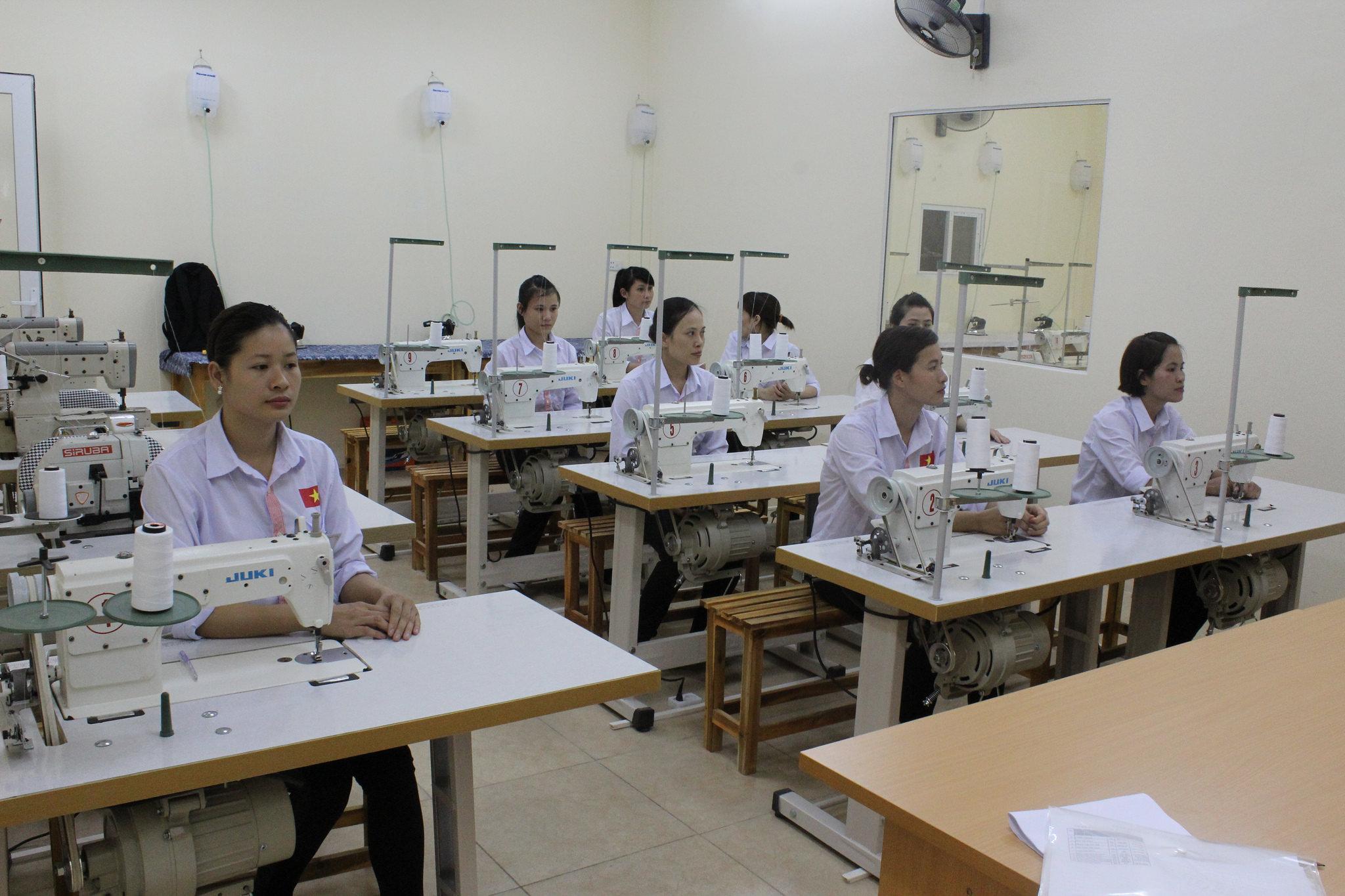 Các bạn tu nghiệp sinh trong xưởng may công nghiệp ở Nhật.