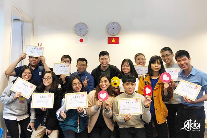 Lớp học Akira chụp ảnh với bằng tốt nghiệp