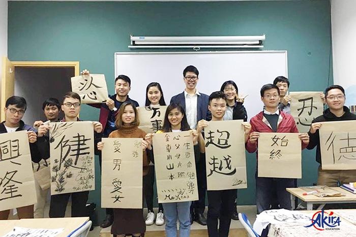 Học viên Akira trong giờ học thư pháp Nhật Bản