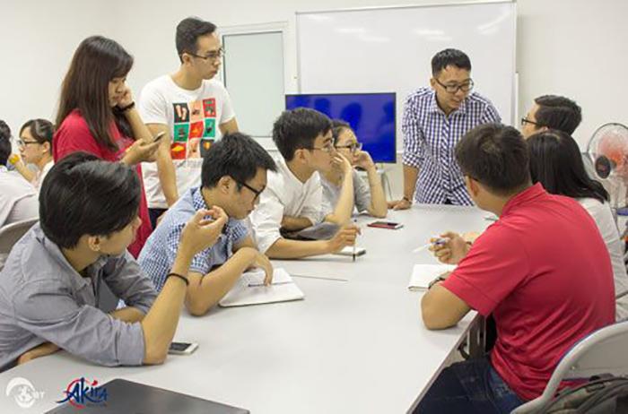 Học viên Akira trong giờ thảo luận nhóm