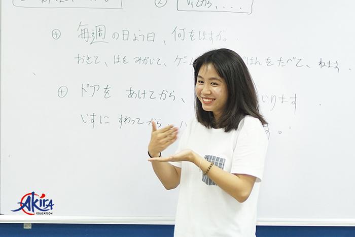 Học viên Akira tự tin và hứng thú với hoạt động thuyết trình bằng tiếng Nhật trên lớp