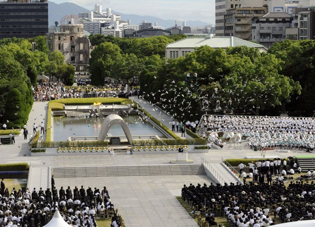 Người Nhật Bản thả bồ câu tưởng nhớ đến những nạn nhân của vụ khủng bố