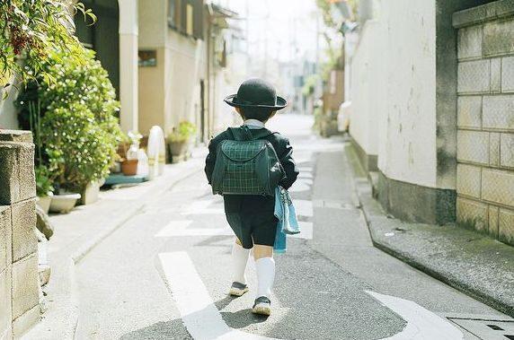 Phương pháp dạy con của người Nhật là để trẻ tự đến trường