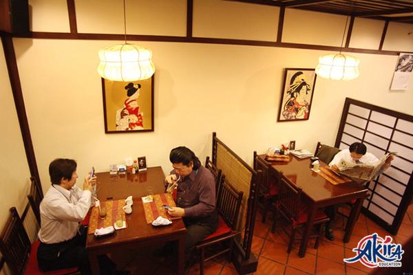Một số câu hỏi khách thường dùng trong nhà hàng