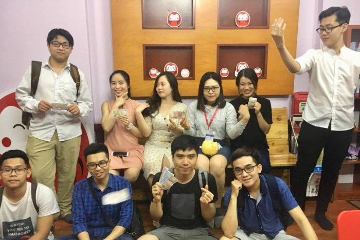 khoảnh khác vui vẻ của học viên với giảng viên và trợ giảng tại trung tâm tiếng Nhật Akira