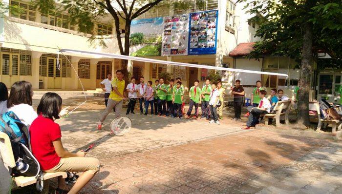 Học sinh trường THCS Thực Nghiệm đang chơi cầu lông