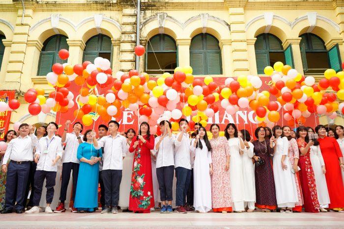 Học sinh trường Việt Đức thả bóng bay trong ngày khai giảng cùng thầy cô